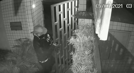 Câmeras registraram invasão ao prédio