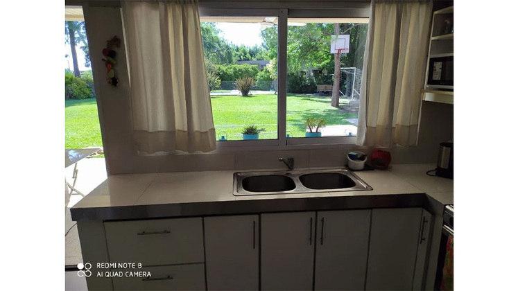 Da janela da cozinha, é possível ver um pequeno espaço para um joguinho de futebol e uma partidinha de basquete