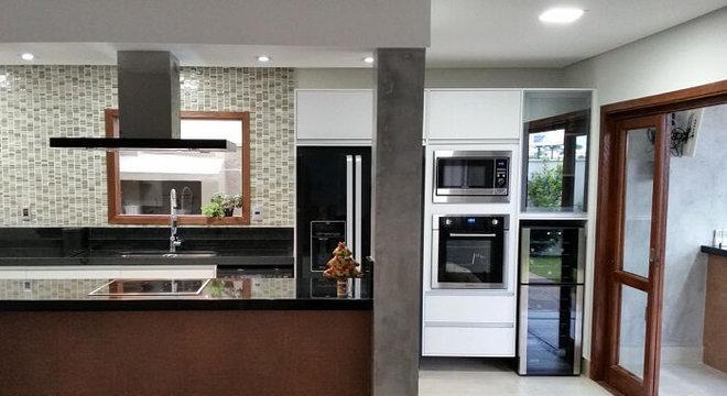 Cozinha americana com geladeira preta