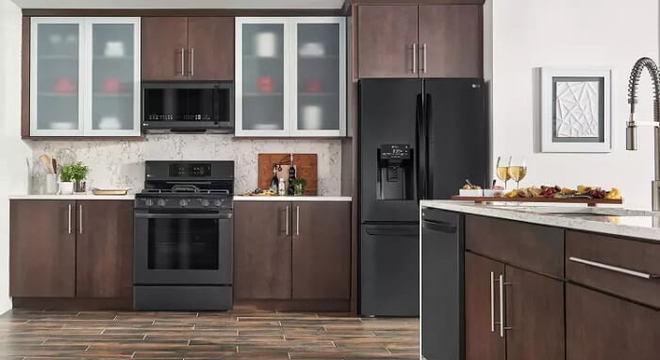 Cozinha ampla com geladeira preta duas portas