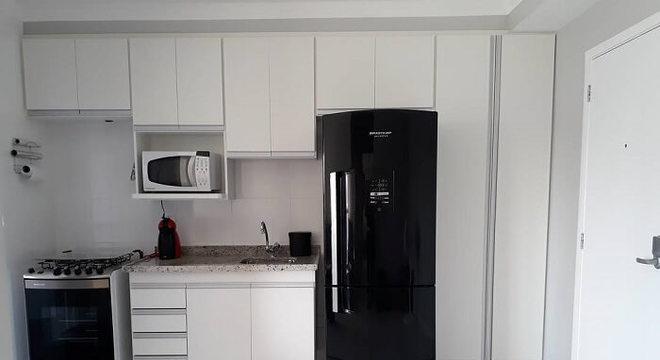 Cozinha clean com geladeira preta inverse