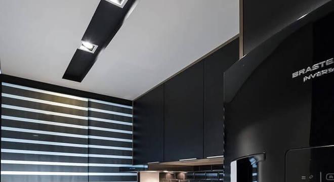 Cozinha compacta com geladeira preta embutida