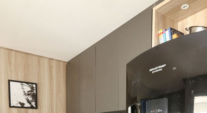 Cozinha compacta com geladeira preta inverse