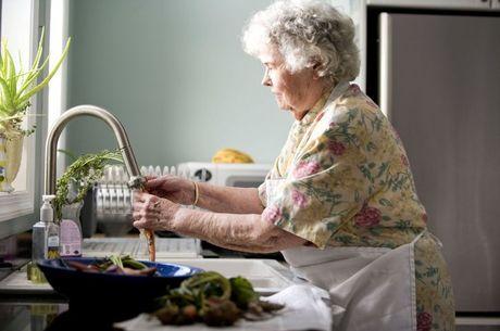 Afazeres são realizados por 91% dos maiores de 50 anos