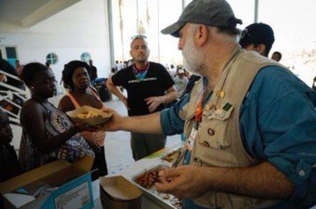 Chef distribui comida nas Bahamas após Dorian