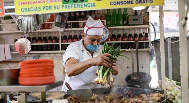 Cozinheiro prepara tacos na capital do México; diante do coronavírus, país vive situação econômica complexa como vizinho dos EUA e ponto turístico
