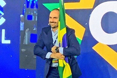 Eduardo Bolsonaro abraça bandeira nacional