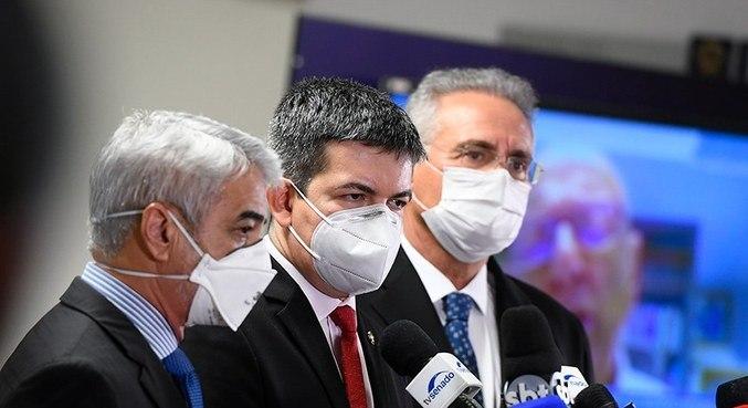Senadores Humberto Costa, Randofe Rodrigues e Renan Calheiros após sessão