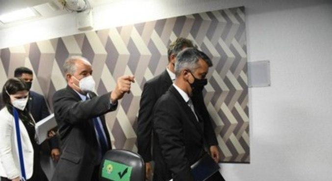 Roberto Ferreira Dias deixa a sessão da CPI preso, após ser acusado de mentir