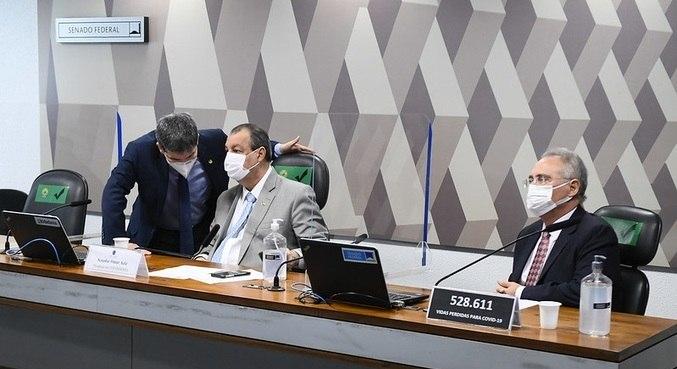 Senadores Randolfe Rodrigues, Omar Aziz e Renan Calheiros, em sessão da CPI