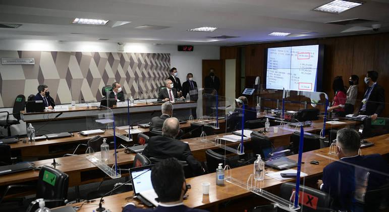Imagens de Ivanildo Gonçalves da Silva em agência bancária na hora em que boletos de Roberto Ferreira Dias foram pagos foram exibidas na comissão nesta terça (31)