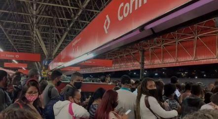 Passageiros se aglomeram em estação da CPTM