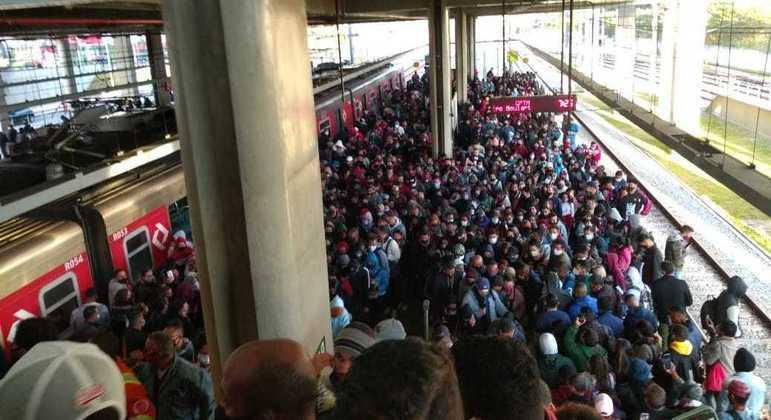 Lentidão na circulação de trens causa aglomeração na Linha 12-Safira da CPTM