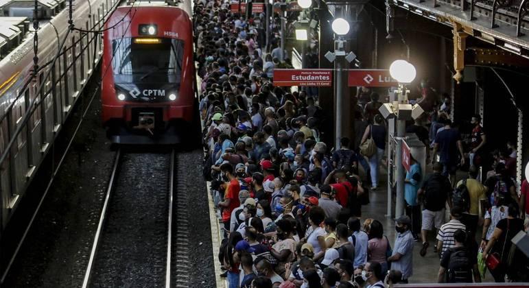 Transporte público lotado coloca em risco saúde dos passageiros