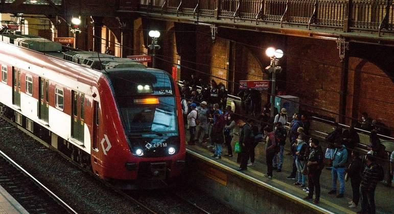 Movimento de passageiros nas plataformas da estação da Luz da CPTM