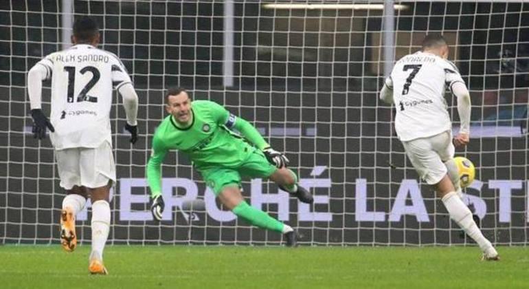 Cristiano Ronaldo, no momento da cobrança do penal. Juve 1 X 1