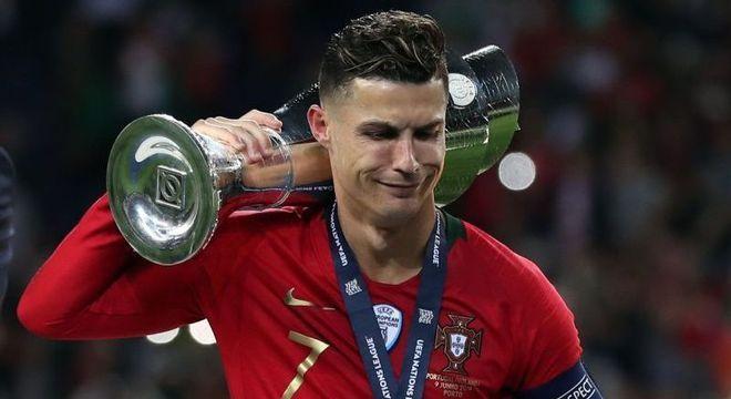 Cristiano Ronaldo e a taça de campeão da Liga das Nações, em 2019