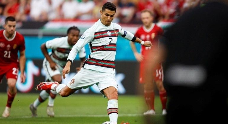 O momento do pênalti cobrado por Cristiano Ronaldo