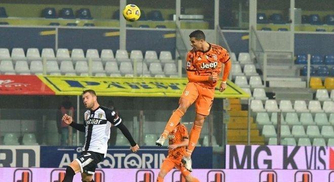 A impressionante testada do CR7 contra o Parma