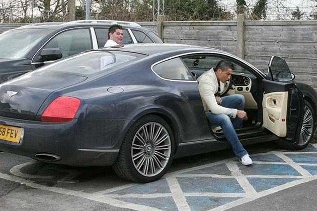 O singelo Bentley Continental GT, de R$945 mil foi adquirido pelo jogador quando ainda atuava pelo Manchester United, em 2008.