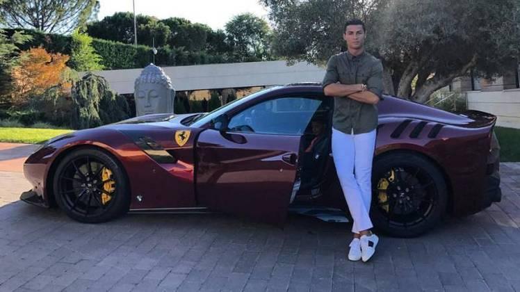 Também faz parte da coleção, uma Ferrari F12 TDF, avaliada em R$2.1 milhões. A nave vai de 0 a 200 km/h em 7,9 segundos