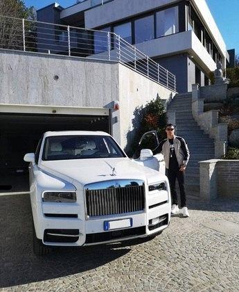 Ronaldo não poupa quando o quesito é luxo e sofisticação. CR é dono de um Rolls Royce Cullinan, avaliado em R$2 milhões. O primeiro modelo SUV lançado pela marca
