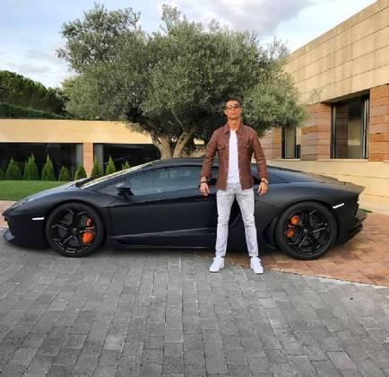 Continuando a linha dos italianos, entra para a lista a Lamborghini Aventador, avaliada em R$1.6 milhão