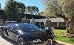 O xodó do jogador é o Bugatti Veyron, de R$10.6 milhões. Fotos de CR7 dentro do possante são comuns nas redes sociais