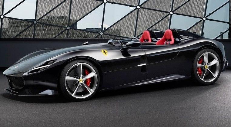 Cristiano Ronaldo não deixa de lado também os conversíveis. A Ferrari Monza é avaliada em cerca de R$8.7 milhões. O modelo é proibido nas ruas do Brasil