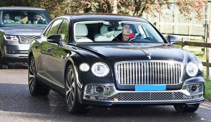 Além de craque e artilheiro,Cristiano Ronaldotambém é colecionador de carros. Ou melhor, 'supercarros'. O camisa 7 adquiriu outra máquina assim que retornou à Inglaterra para defender oManchester United. Dessa vez, comprou um Bentley Flying Spur, avaliado em 250 mil euros, o que equivale a cerca de R$1.5 milhão. O carrão se soma a outros 13 que CR7 ostenta na garagem