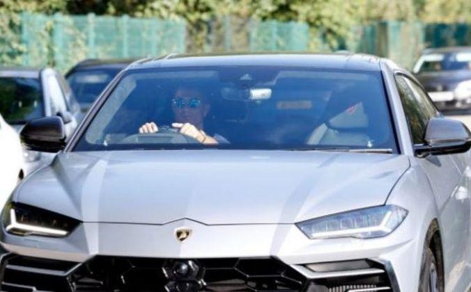 CR7 é fanático por carros e possui uma vasta coleção de super máquinas em sua garagem. Ele chegou ao treino no Manchester United em uma Lamborghini Urus, avaliada em 170 mil libras (em torno de R$ 1,2 milhão).