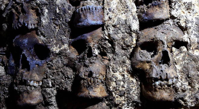 Escavações descobriram cerca de 119 crânios colocados um em cima do outro