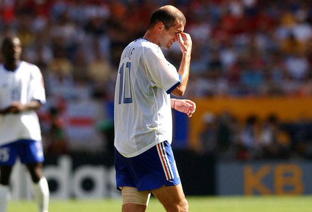 Zidane é um dos maiores nomes do futebol francês e seu último encontro com a bola foi numa Copa do Mundo, na final de 2006. No entanto, ele não é lembrado pelo seu merecido adeus, mas, sim, pela cabeçada que deu no italiano Materazzi, que causou sua expulsão. Sua seleção perdeu o Mundial para a Itália e essa foi sua despedida do futebol