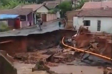 Cratera surgiu em Botucatu e arrastou veículos