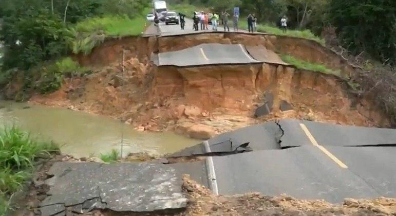 Cratera aberta em estrada no Pará