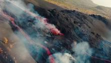 Drone faz sobrevoo na cratera do vulcão Cumbre Vieja, em La Palma