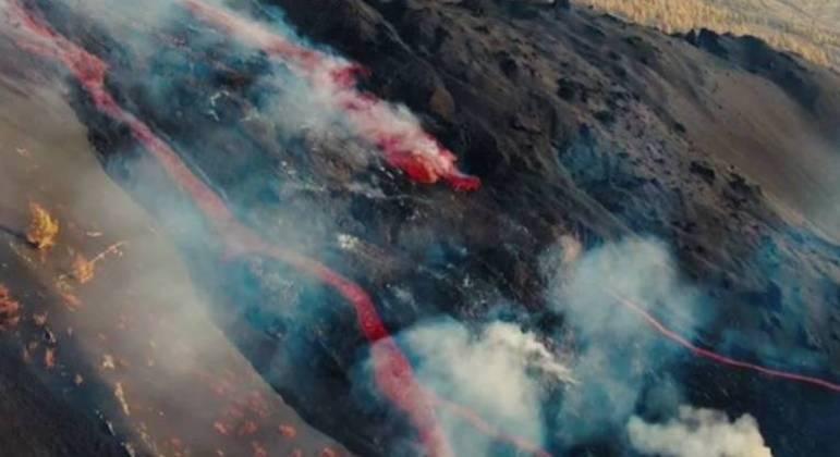 Imagem feita com drone da cratera do vulcão Cumbre Vieja, na ilha de La Palma