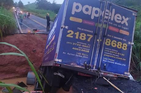 Carro de mulher caiu em cratera em Tabuleiro (MG)