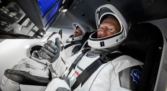 """Benkhen e Hurley na """"Crew Dragon"""""""