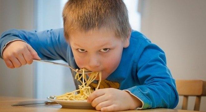 Influenciadores digitais podem induzir crianças a consumirem mais calorias