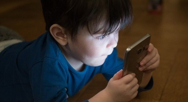 Crianças até dois anos de idade não devem usar celular, segundo OMS