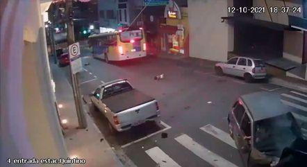 Criança ainda consegue se levantar após o acidente