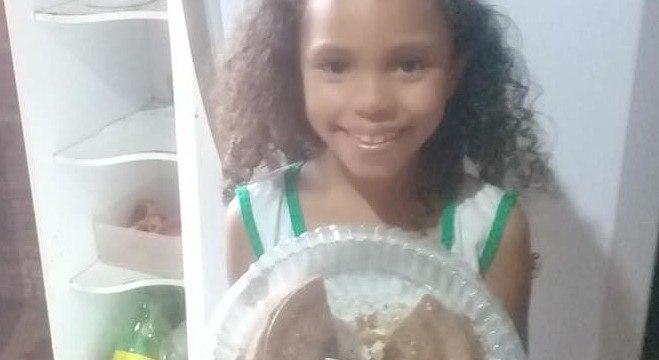 Ao consolar a filha por causa de bolo, mãe emocionou seguidores