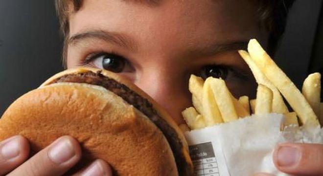 Jovens mais pobre estão mais obesos e ainda sofrem de desnutrição