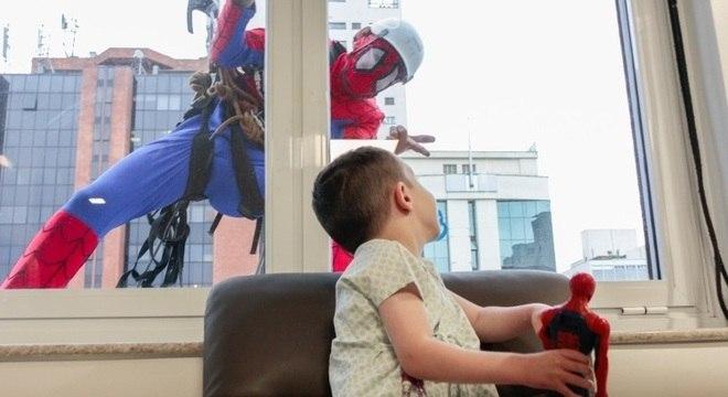 Criança internada no hospital interage com Homem-Aranha na janela do prédio
