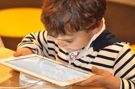 Criança diante do tablet. E a capacidade de imaginar como fica?