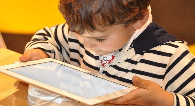 Expor a criança a telas digitais pode comprometer sua qualidade de sono, diz OMS