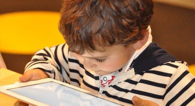 Ministério da Justiça estuda regulamentar publicidade infantil online em janeiro