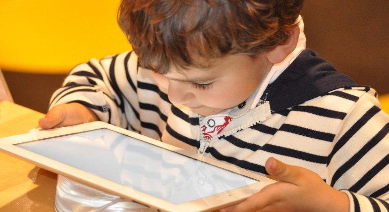 Uso excessivo de aparelhos eletrônicos na pandemia piora visão de crianças e adolescentes