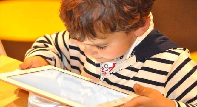 Uso de celulares, tablets e computadores deve ser acompanhado de um adulto